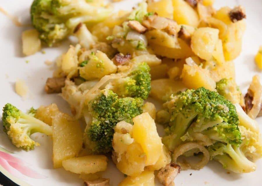 Poêlée de pommes de terre et brocolis au tofu fumé cuisine végane pour débutant recette vegan facile